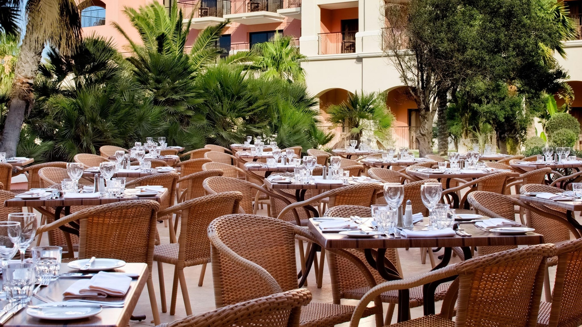 Terrace restaurant malta buffet restaurants in malta for Restaurant with terrace